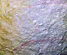 Satürn'ün uydusunda esrarengiz çizgiler